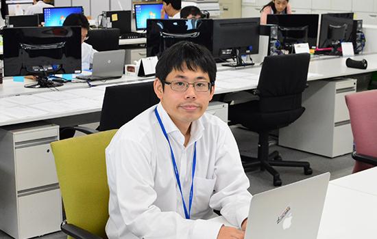 パソコン作業をしている男性社員
