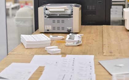名刺印刷用のプリンターと完成名刺